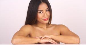 看照相机的露胸部的中国妇女 免版税库存照片