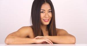 看照相机的露胸部的日本妇女 免版税图库摄影