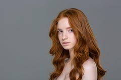 看照相机的年轻红头发人妇女 库存图片