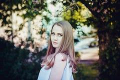 看照相机的年轻美丽的妇女 免版税库存图片
