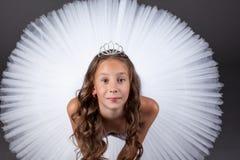 看照相机的年轻芭蕾舞女演员顶视图 免版税库存图片