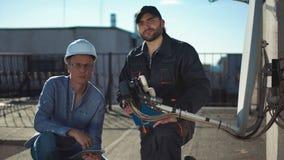 看照相机的建设者和工头 股票视频