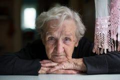 看照相机的年长妇女画象 免版税图库摄影