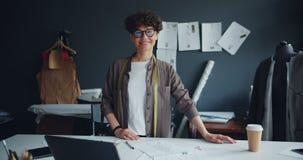 看照相机身分的微笑的少女裁缝画象在演播室 股票视频