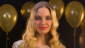 看照相机,在背景,装饰的气球的美丽的白肤金发的妇女 股票视频