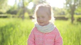 看照相机,微笑的可爱的小女孩 健康生活, laughting愉快的孩子 影视素材