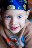 看照相机,蓝眼睛的小男孩明亮在班丹纳花绸 免版税库存图片