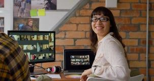 看照相机4k的女性图表设计师 股票录像