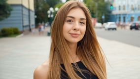 看照相机steadicam射击的面孔浅褐色的头发的年轻女人 在都市城市街道上的画象美女 股票录像