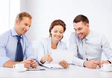 看片剂个人计算机的企业队在办公室 免版税库存照片