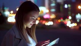 看片剂的可爱的女孩,反对夜路 股票视频