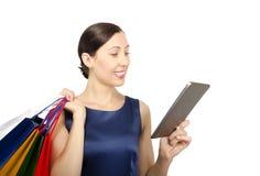 看片剂计算机的购物妇女 库存照片