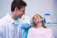 看牙医的微笑的患者,当坐椅子时 免版税库存图片