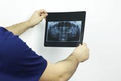 看牙齿造影的医生 库存图片