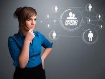 看现代社会网络的可爱的女孩 免版税库存图片