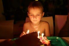 看生日蛋糕的男孩 免版税库存图片