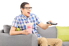 看电视和吃玉米花的愉快的人 免版税库存照片