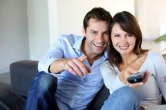 看电视的夫妇 免版税图库摄影