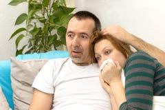 看电视的夫妇 免版税库存图片