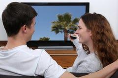 看电视的年轻夫妇 免版税库存图片