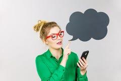 看电话,想法的泡影的女商人 免版税库存照片