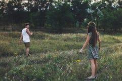 看男孩的女孩那走开 图库摄影