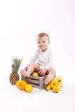 看白色背景阿门的照相机逗人喜爱的微笑的婴孩 免版税库存照片