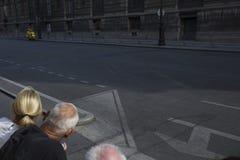 看的一个女孩和一个灰发的人路 免版税图库摄影