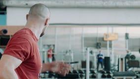 看的健身房的疲乏的运动员  股票录像