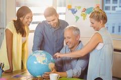 看的商人全球性在会议室 免版税库存图片