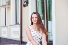 看的年轻女人的接近的画象微笑和支持坐步 免版税库存照片