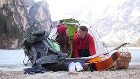 看的旅客年轻夫妇打开帐篷和  股票视频