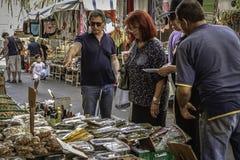 看的本机生产在一个繁忙的农夫市场上Ortigia,西西里岛老街市历史的区  免版税图库摄影