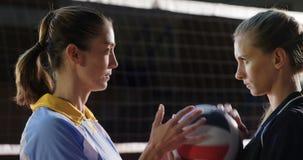 看的积极的女性排球运动员通过网4k 股票录像