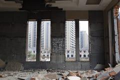 从看的窗口的爆破在房子外面,能看到整洁的房子 免版税库存照片