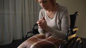看的资深夫人握手和哭泣, alzheimers疾病的症状 股票视频