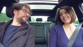 看的逗人喜爱的愉快的夫妇在爱,当驾驶汽车微笑时 影视素材