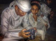 看的阿拉伯男孩 库存图片