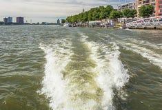 从水看的鹿特丹地平线 库存照片