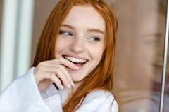 看的浴巾的红头发人妇女  免版税库存图片