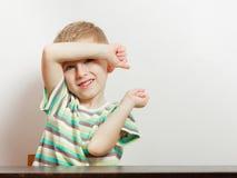 看直接对照相机的愉快的孩子男孩 免版税库存图片