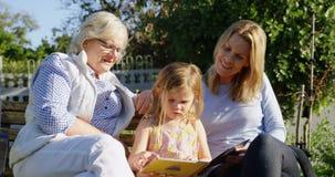 看相册的多代的家庭在庭院4k里 股票视频