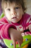 看看法的一点椅子的逗人喜爱的婴孩 库存照片