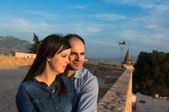 看看法的愉快的年轻夫妇在城市日落 免版税图库摄影