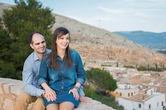 看看法的愉快的年轻夫妇在城市 库存照片