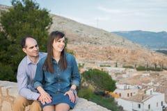看看法的愉快的年轻夫妇在城市 库存图片