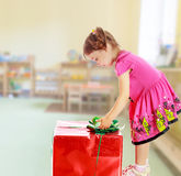 看礼物的小女孩 免版税图库摄影
