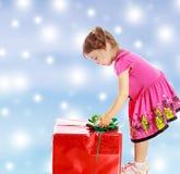 看礼物的小女孩 库存图片