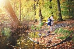 看秋天池塘的两个小孩 图库摄影