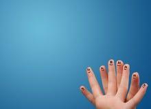 看空的蓝色背景的愉快的兴高采烈的面孔手指复制 免版税库存图片